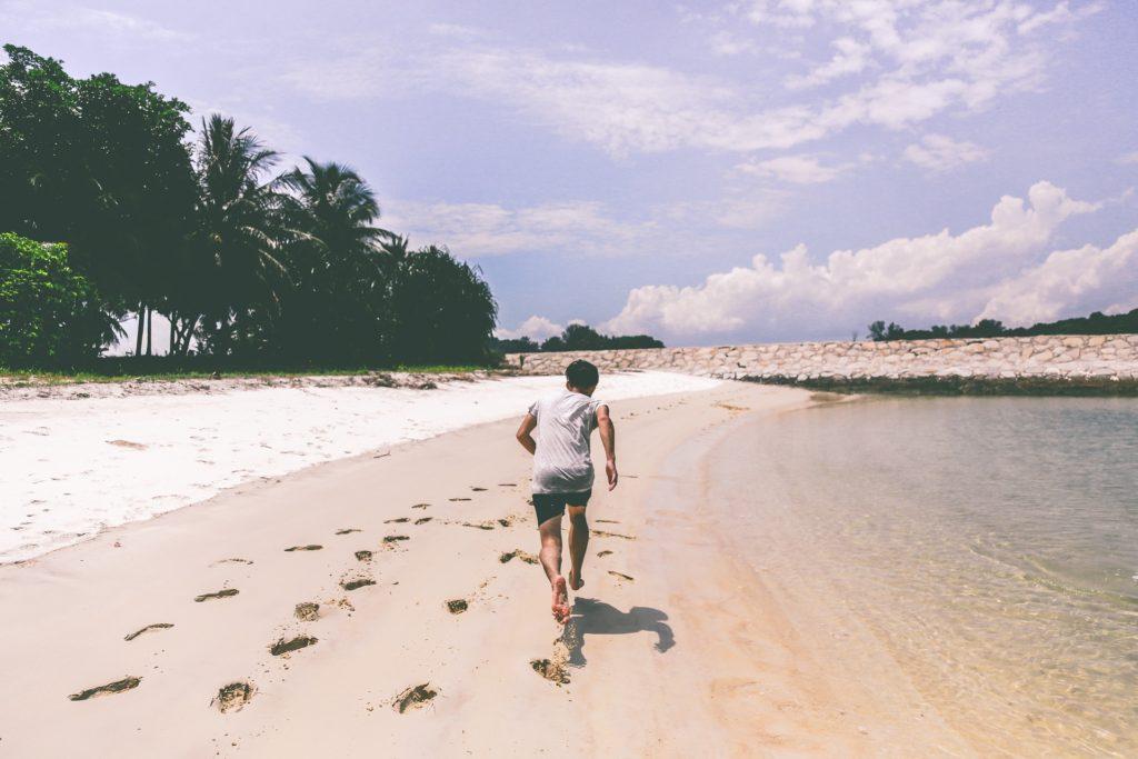τρέξιμο δίπλα σε παραλία
